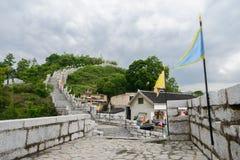 Mur en pierre de Hillside sur la frange de la ville antique en ressort nuageux a image stock