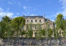 Mur en pierre de passage couvert le long de rivière de Siene, Paris Photos stock