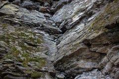 Mur en pierre de roche avec des fissures Image stock