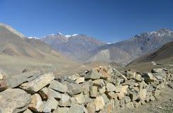 Mur en pierre de route latérale en Himalaya Photo libre de droits