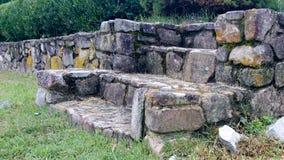 Mur en pierre et étapes en pierre images libres de droits