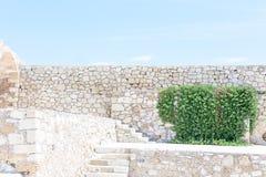 Mur en pierre et ciel bleu avec des nuages, l'espace libre de fond pour le texte Photos stock