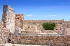 Mur en pierre et ciel bleu avec des nuages, l'espace libre de fond pour le texte Images libres de droits