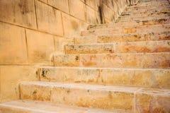 Mur en pierre et escaliers à La Valette, Malte Escalier vide pour le fond Photo libre de droits