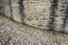 Mur en pierre et rue Photos libres de droits