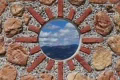 Mur en pierre fleuri image libre de droits