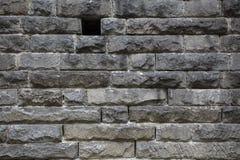 Mur en pierre rugueux avec le petit trou noir Images libres de droits