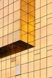 Mur en verre d'or d'immeuble de bureaux Images stock