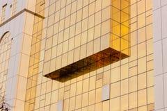 Mur en verre d'or d'immeuble de bureaux Photographie stock libre de droits