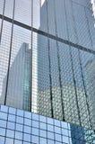 Mur en verre et réflexion des constructions modernes photos libres de droits
