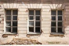 Mur endommagé avec des fenêtres Images stock
