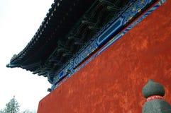 Mur et avant-toits rouges chinois Image libre de droits