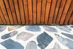 Mur et béton en bambou avec le plancher en pierre Photographie stock libre de droits