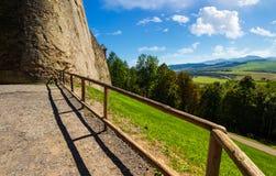 Mur et balustrade de château sur une colline photo libre de droits