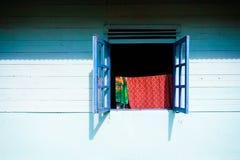 Mur et hublot bleus Images stock