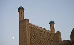 Mur et lune de mosquée sur le fond Image libre de droits