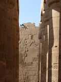 Mur et pilier d'hiéroglyphe Photo stock