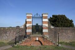 Mur et porte autour des au sol de palais de Hampton Court Photos libres de droits