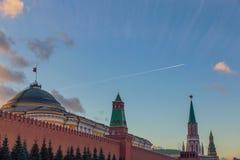 Mur et tours de Kremlin pendant la soirée et un avion images libres de droits