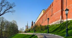 Mur et tours de Moscou Kremlin Photographie stock libre de droits
