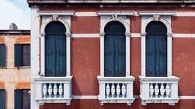 Mur extérieur du bâtiment antique avec des balcons illustration libre de droits