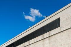 Mur extérieur sans fenêtres d'un bâtiment commercial grand à New York City, Harlem, NY, Etats-Unis photo stock