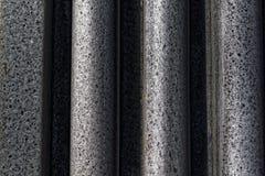 Mur fait de lignes en pierre et un creux entre elles Image libre de droits