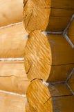 Mur fait de logs en bois Photos libres de droits