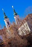 Mur-flodkust och kyrka i den Graz sikten Royaltyfria Foton