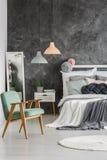 Mur gris dans la chambre image stock
