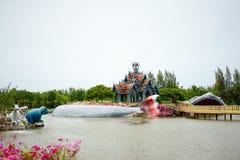 Mur gris et toit orange de pavillon au milieu de la piscine, photographie stock libre de droits