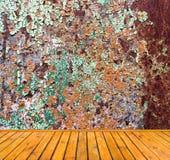 Mur grunge vide en métal avec le plancher en bois Image libre de droits