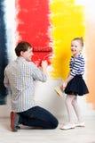 Mur heureux de peinture de fille avec le père Photographie stock libre de droits