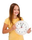 Mur-horloge de fixation de fille d'isolement sur le blanc Images stock
