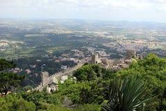Mur inaccessible de la forteresse mauresque dans la perspective de la vallée ci-dessous Sintra Images libres de droits