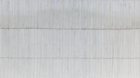 Mur industriel fait de métal ondulé photo stock