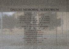 Mur instructif gravant à l'eau-forte près de l'entrée à Dallas Memorial Auditorium images libres de droits