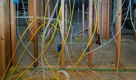 Mur intérieur encadrant avec la tuyauterie et câblage installé photographie stock libre de droits