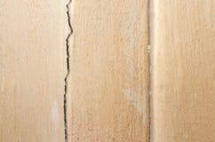 Mur interne délabré et cassé de la vieille maison avec le peele Image stock