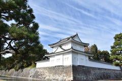 Mur japonais de château sous le ciel bleu Photos stock