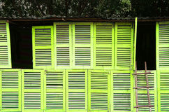 Mur jaune abstrait par des beaucoup fenêtre en bois Photos stock