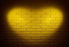 Mur jaune avec l'effet de la lumière de forme de coeur et l'ombre, photo abstraite de fond Photographie stock