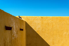 Mur jaune dans un fort photo stock