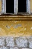 Mur jaune et fenêtre blanche Images stock