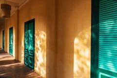 Mur jaune et portes vertes avec des rayons de lumière du soleil Tir dans la longue citadelle de Thang dans la ville impériale, Ha image libre de droits