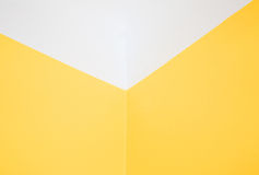 Mur jaune faisant le coin et plafond blanc Vue horizontale Image libre de droits