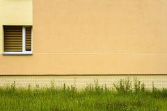 Mur jaune moderne de rue Images stock