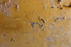 Mur jaune superficiel par les agents avec des taches Photos libres de droits