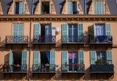 Mur jaune typique avec des fenêtres et des balcons à Nice, Frances Photos libres de droits