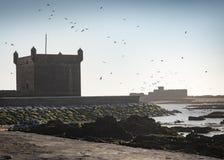 Mur médiéval entourant le port - mroning tôt images stock